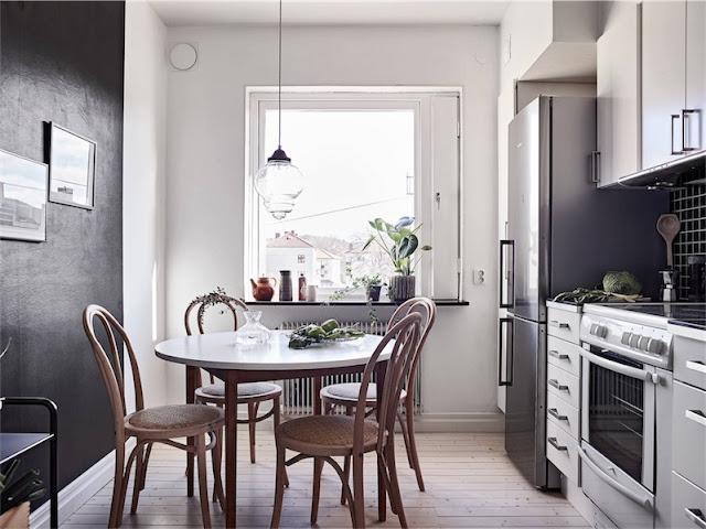 office cocina con mesa redonda y sillas estilo thonet chicanddeco