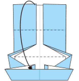 Bước 8: Gấp và nhét cạnh giấy vào trong