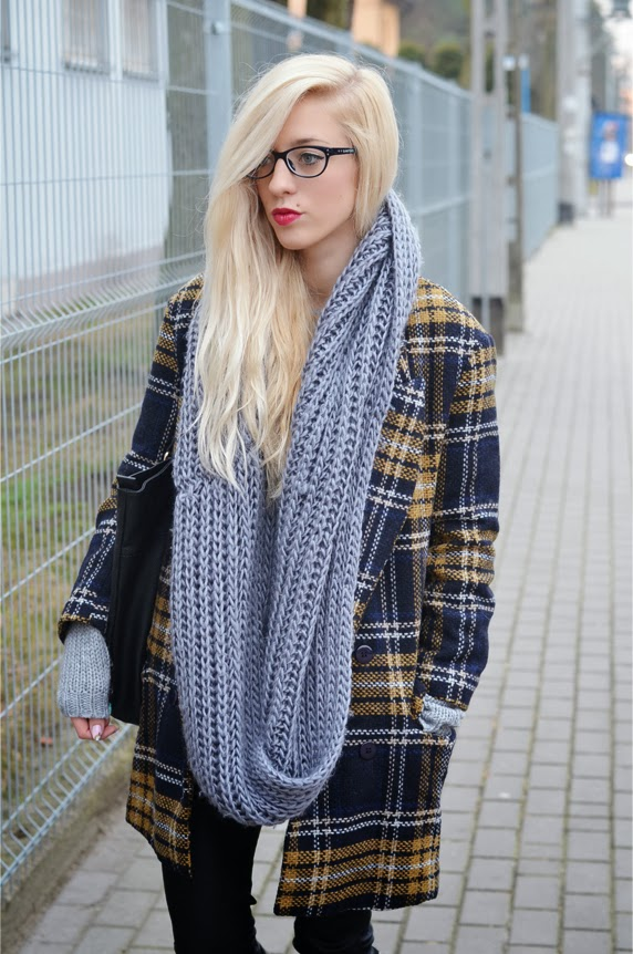 OVERSIZE TARTAN COAT, LEATHER LOOK PANTS, GRAY SWEATER & HUNTERS