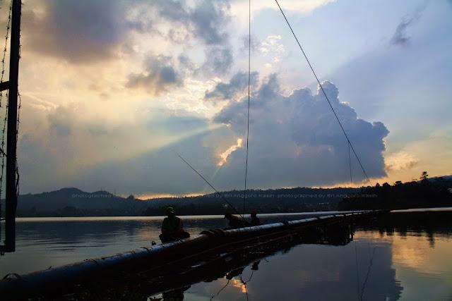 Siluet pemancing dengan background ROL