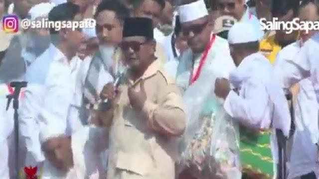 Prabowo Dapat Dua Kantong Plastik Uang dari Pendukungnya