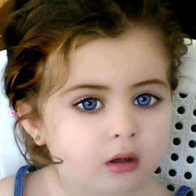 sevimli-küçük-baby-girl-ile-mavi gözleri-masalla