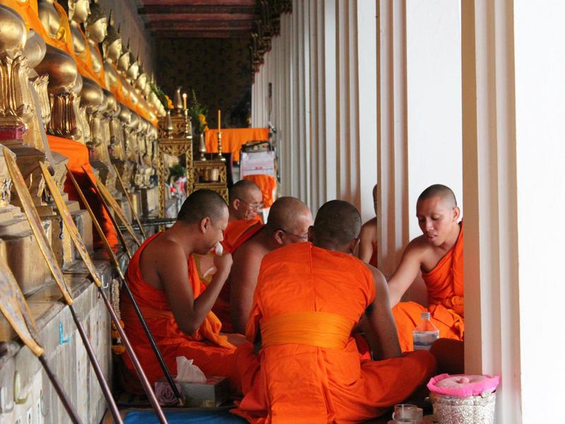 Wat Pho Bangkok Monjes Comiendo