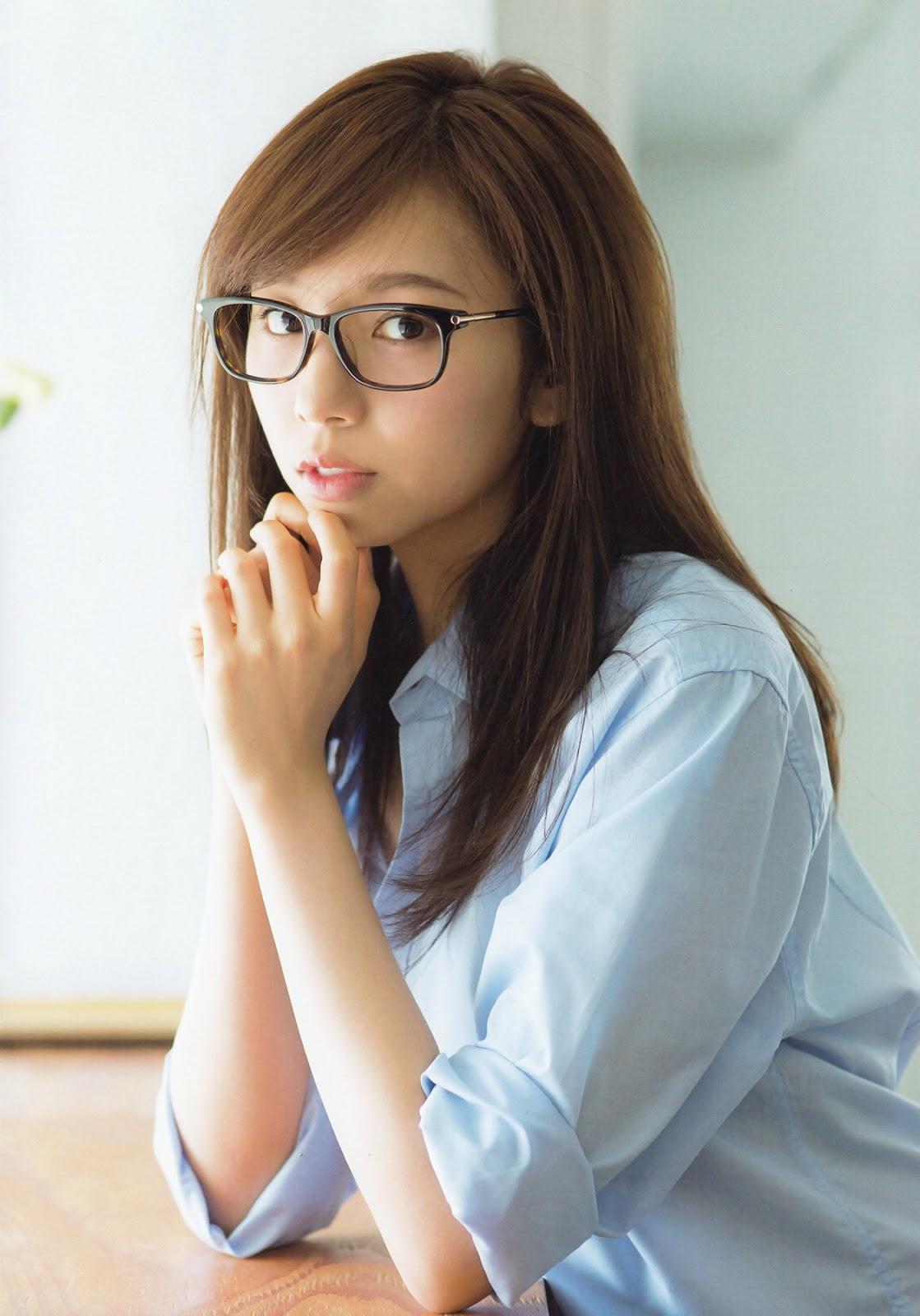 黒縁メガネをかけた顔も可愛い新内眞衣の画像