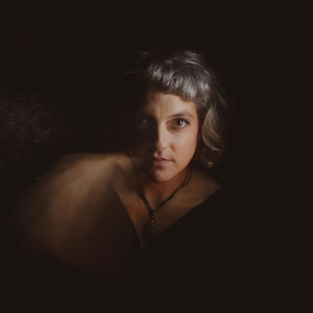 Charlotte Cegarra mêle théatralité et expérimentation musicale dans le nouveau single de VoxAxoV