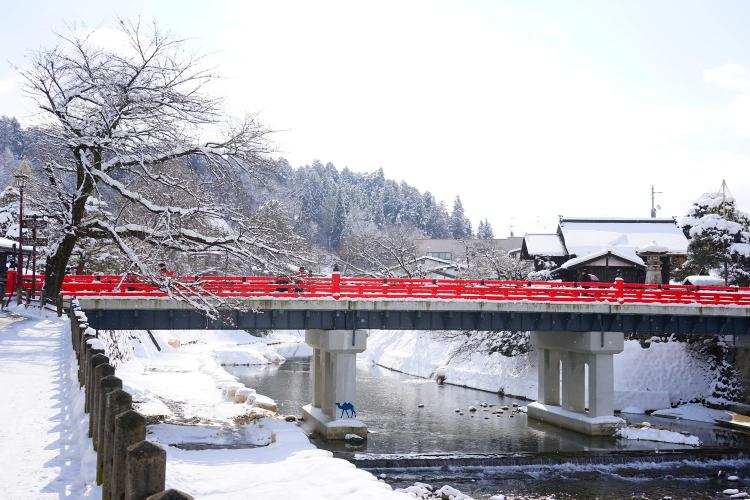 Pont de Takayama sous la neige - séjour dans les alpes japonaises - Le Chameau Bleu Blog Voyage Takayama Japon