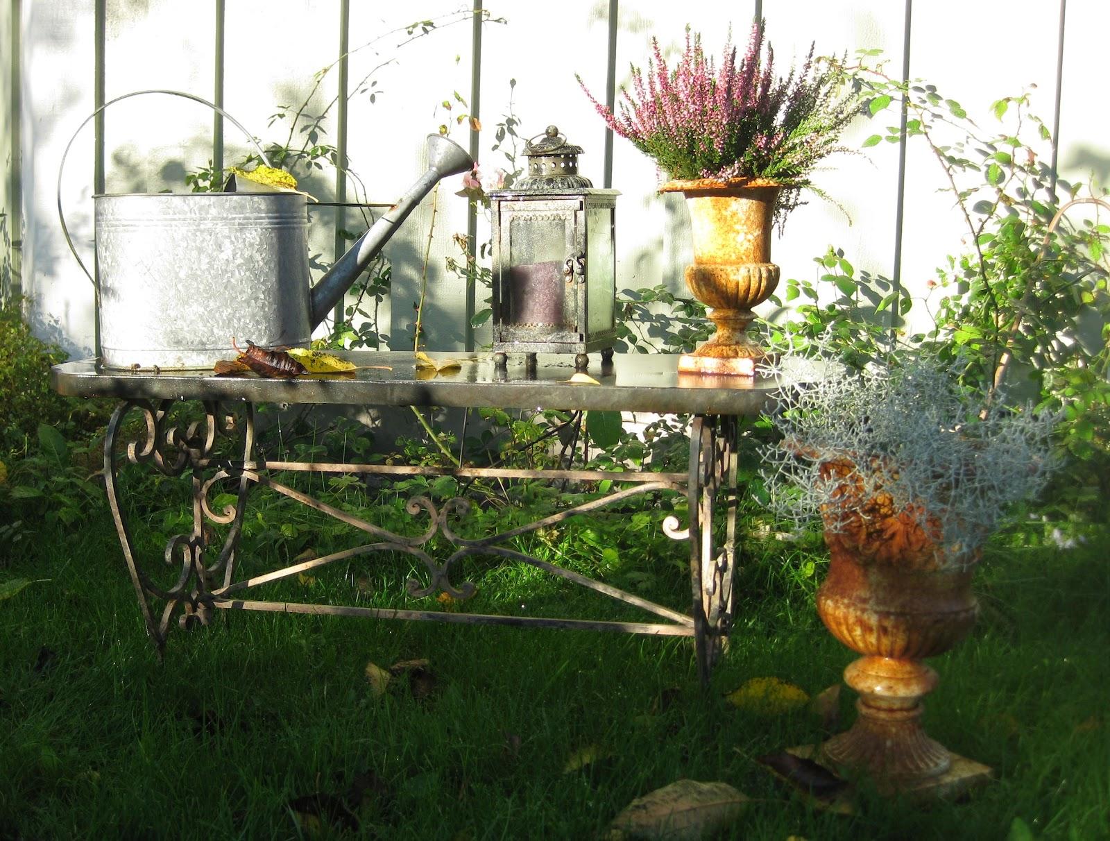 Blommiga Rutan: Höst i trädgården - Fredagsmat - Fisksoppa med mycket vitlök