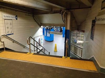 Tenji plytelės prie laiptų, vedančių link išėjimo iš metro į gatvę. (Tdorante10/Creative Commons)