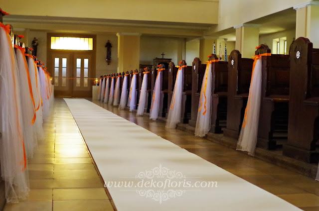 biały dywan ślubna dekoracja kościoła Dobrzeń