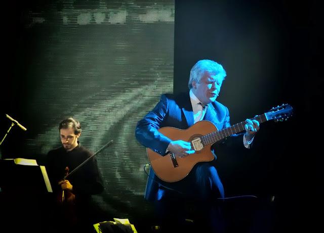 Carlos Morel cantando con guitarra