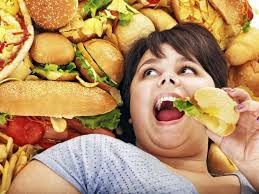 ni%C3%B1a+con+hamburguesas - Que son los malos hábitos alimenticios