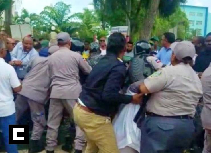 Miembros familia Rosario hieren a cuatro policías durante manifestación frente al Palacio