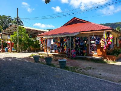 Einer der vielen kleinen Läden in La Passe auf La Digue