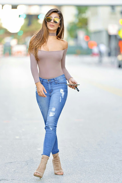 Crop neck nude shirt with jeans