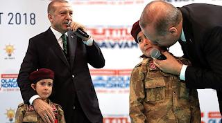 Ούτε ιερό ούτε όσιο: Ο Ερντογάν επιστρατεύει ως και παιδάκια για να κάνει πολεμική προπαγάνδα!