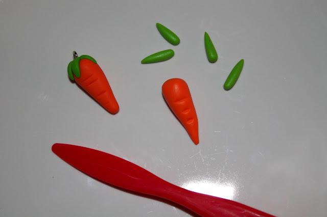 DIY, Basteln: Fimo / Polymer Clay Hase mit Karotte in Schlüsselanhänger und Kettenanhänger, Ostergeschenke - DIYCarinchen