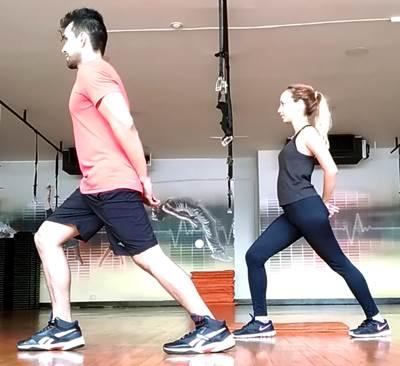 Ejercicio de estiramiento para los músculos del triceps sural o pantorrillas