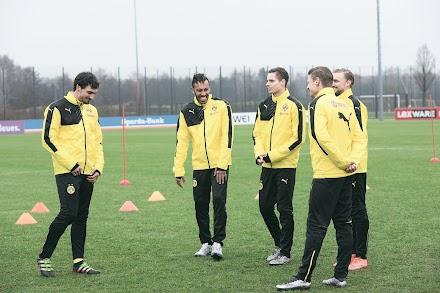 So sieht es aus wenn Opel die BVB Stars pranked | Zwei Trickfußballspieler lassen Mats Hummels und Co. ungläubig gucken | Anzeige