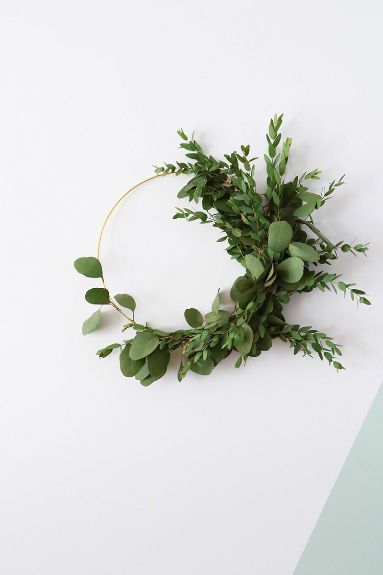 Asymmetrical wreath via Vtwonen