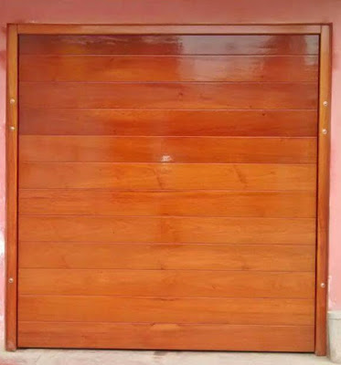 Portón de madera en Lima