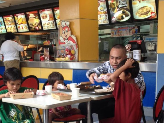 Netizen And Her Boyfriend Saw A Man Giving Food To These Street Children But When She Overheard Their Conversation, She Broke Down In Tears!