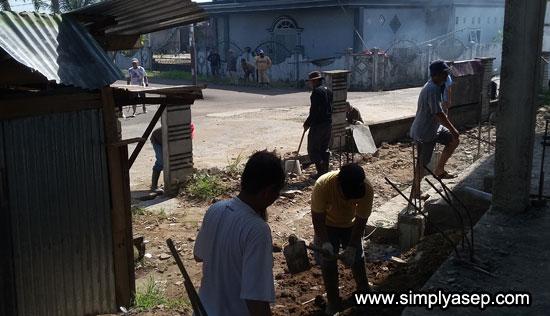 TANAH : Tanah merah yang ada di sisi base camp pekerja juga dicangkul dan dirapihkan. Foto Asep Haryono