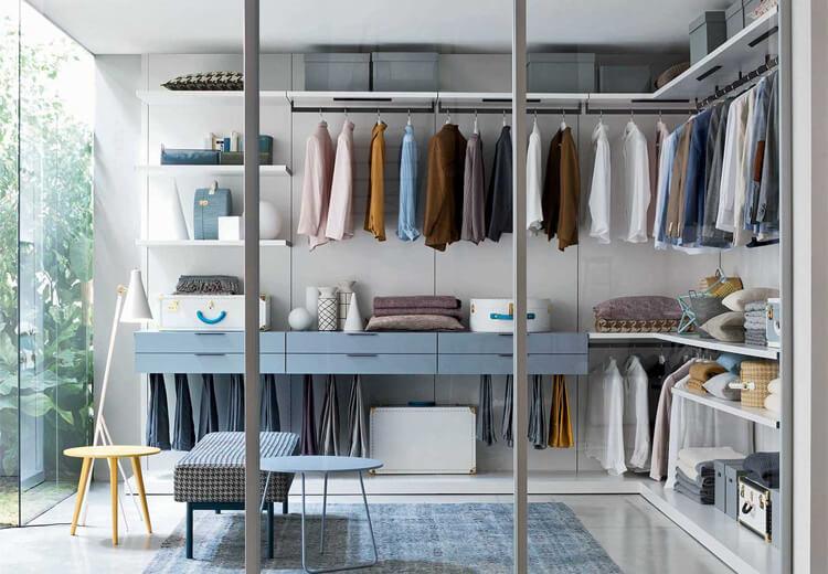 Come disporre mensole, cassetti ed aste porta mobili in una cabina armadio