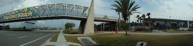 US 92 hacia el este entrando en Daytona Beach con el circuito de carreras a la derecha