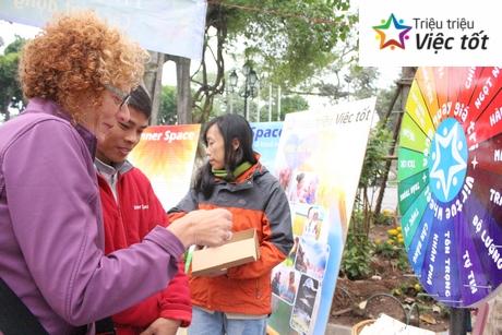 DU-KHACH-NUOC-NGOAI-TIM-HIEU-DANG-KY-LAM-TRIEU-VIEC-TOT
