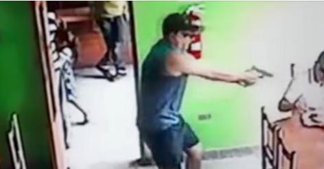 VIDEO; Un sicario irrumpe en una cafetería y aparta a una niña de su camino antes de acribillara quemarropa a su víctima