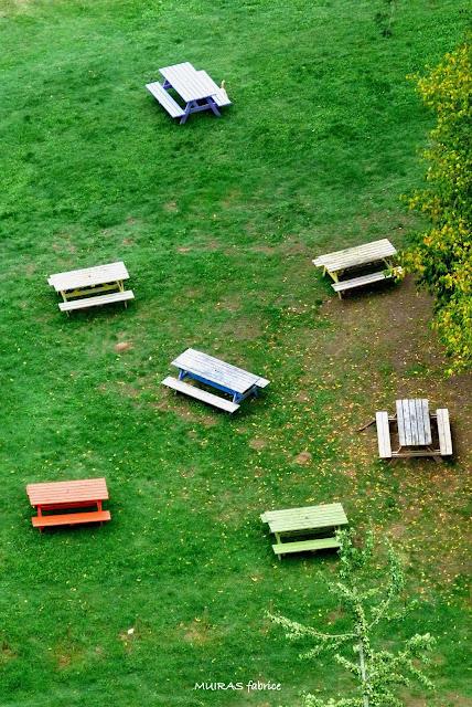 tables et chaises et bancs