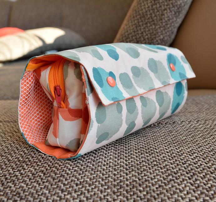 RollUp tasche geschlossen, beschichtete Baumwolle in Grau-, Weiß- umd Türkis-Tönen, mit 2 Kamsnaps verschlossen