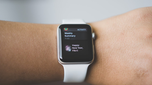 Siri บน Apple Watch เป็นตัวอย่างหนึ่งของระบบที่นำ Text to Speech มาสร้างเสียงโต้ตอบผู้ใช้งาน