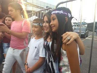 054bf01700f68 Polly Angel e Tavinho Leoni atendendo aos fãs. Larissa Manoela ...