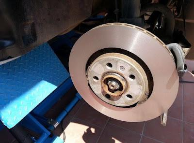 Kiểm tra và bảo dưỡng hệ thống phanh trên ô tô - Làm láng đĩa phanh