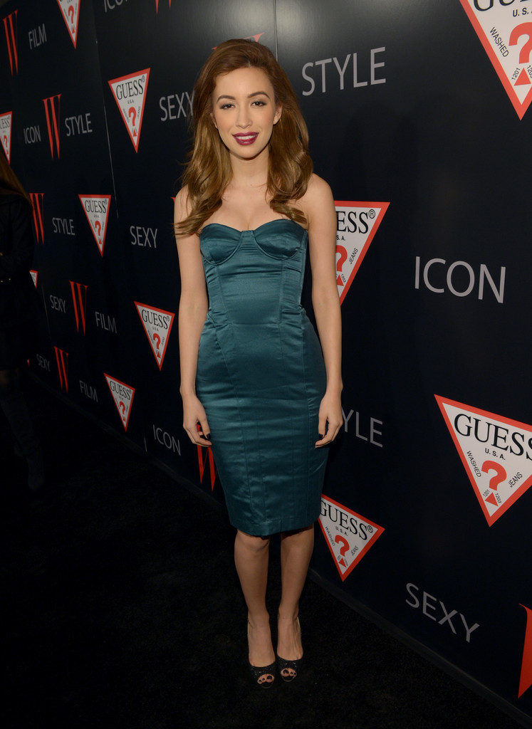 Christian Serratos En La Carpeta Roja De '30 Years Of Fashion & Film'