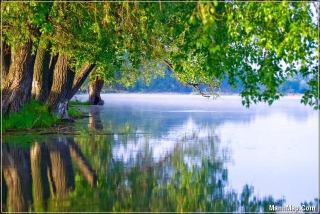 con sông quê êm đềm lững lờ trôi