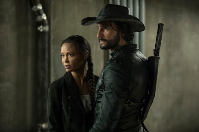 Thandie Newton (interpreta Maeve) e Rodrigo Santoro (interpreta Hector Escaton).Crédito John P. Johnson