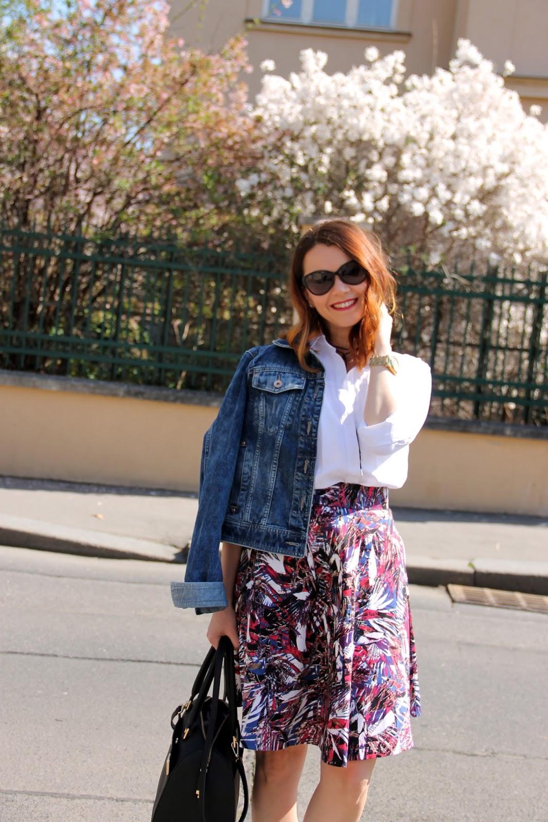 a30345629 Kruhová sukňa: MargiFashion, Biela košeľa: Zara, Denimová bunda: Next,  Lodičky: Guess, Kabelka: Calvin Klein, Slnečné okuliare: Ralph Lauren
