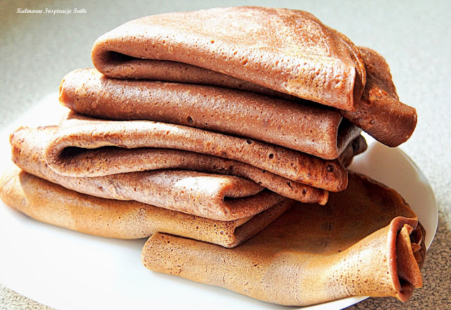 Kakaowe naleśniki z truskawkami i serkiem