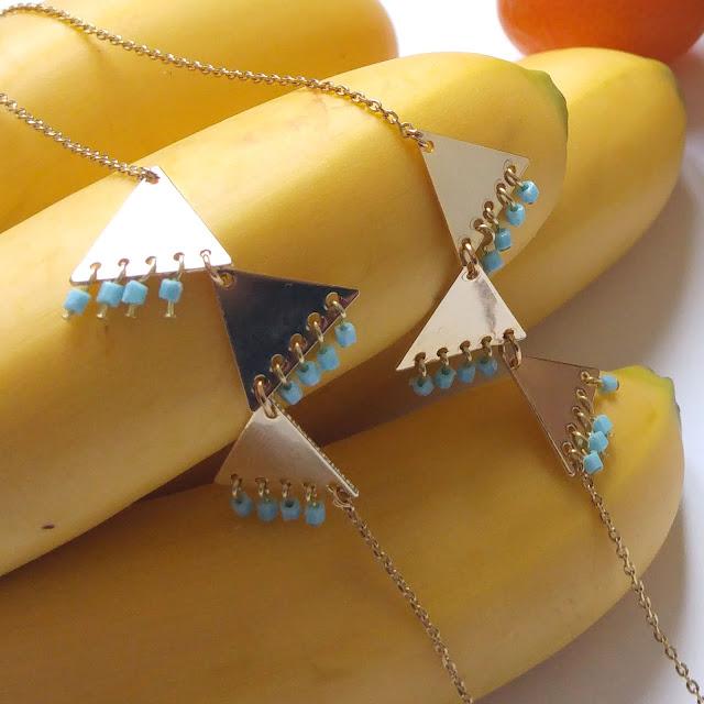 collier long graphique triangle doré perles de rocaille bleues