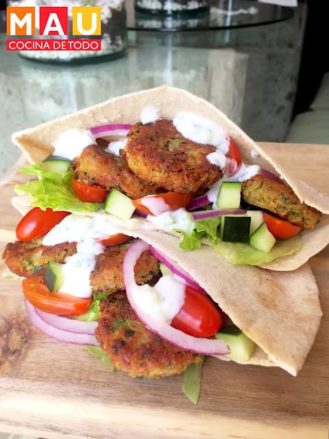 sandwich pita falafel salsa tzatziki comida arabe libanesa gyros giros kebab yogurt garbanzo vegetariano vegano vegana