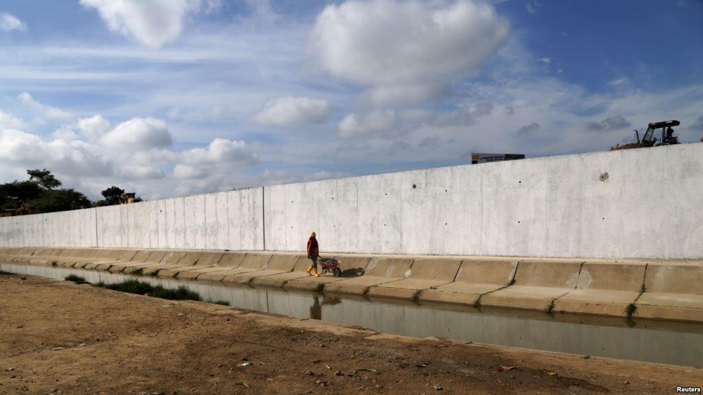 Pared limítrofe fue edificada para superar conflicto bélico que tensionó la zona en 1998