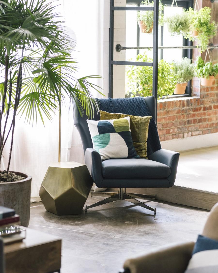 Loft urządzony w trendzie urban jungle, wystrój wnętrz, wnętrza, urządzanie domu, dekoracje wnętrz, aranżacja wnętrz, inspiracje wnętrz,interior design , dom i wnętrze, aranżacja mieszkania, modne wnętrza, loft, styl loftowy, styl industrialny, urban jungle, miejska dżungla, rośliny, kwiaty, zieleń, niebieski fotel