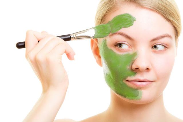 Timbulnya jerawat diakibatkan oleh banyak hal antara lain karena adanya produksi minyak berlebih pada area wajah, terdapat sel kulit mati, akibat adanya bakteri, pemakaian kosmetik dan obat-obatan, akibat stress, debu dan kotoran yang menempel pada wajah