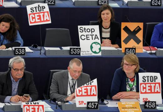 LE CETA, c'est plus de 1600 pages de dispositions techniques, élaborées dans le secret des négociations entre la Commission européenne et le gouvernement canadien. Depuis sa publication, le contenu du traité a suscité la vive opposition des syndicats, des organisations écologistes et des grandes associations tant en Europe qu'au Canada. Or, les instances démocratiques compétentes n'ont pas réellement pris connaissance du traité avant de se prononcer.