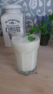 Glas mit Ananas- Kiwi-Bananen Smoothie