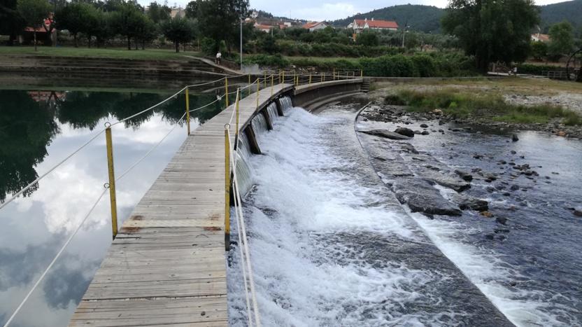 Passadiço de madeira para atravessar o Rio Zêzere
