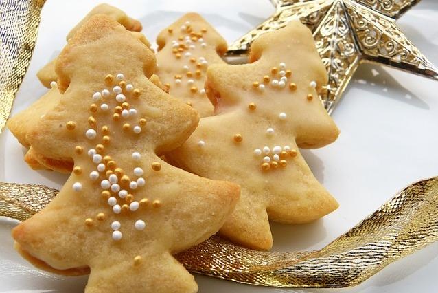 galletas navideñas con forma de arbol de navidad decoradas con bolitas doradas