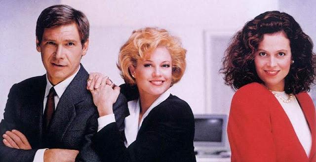 Harrison Ford, Melanie Griffith y Sigourney Weaver, en el cartel de la película 'Armas de mujer' (1988)